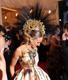 philip-treacy-mohawk-worn-by-sarah-jessica-parker-met-gala